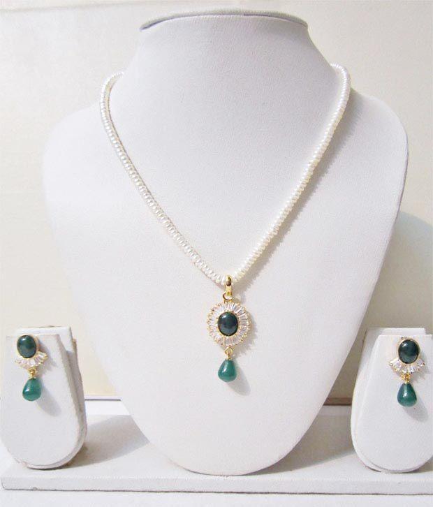 Trendysouk Snazzy Pendant & Earring Pearls Necklace Set