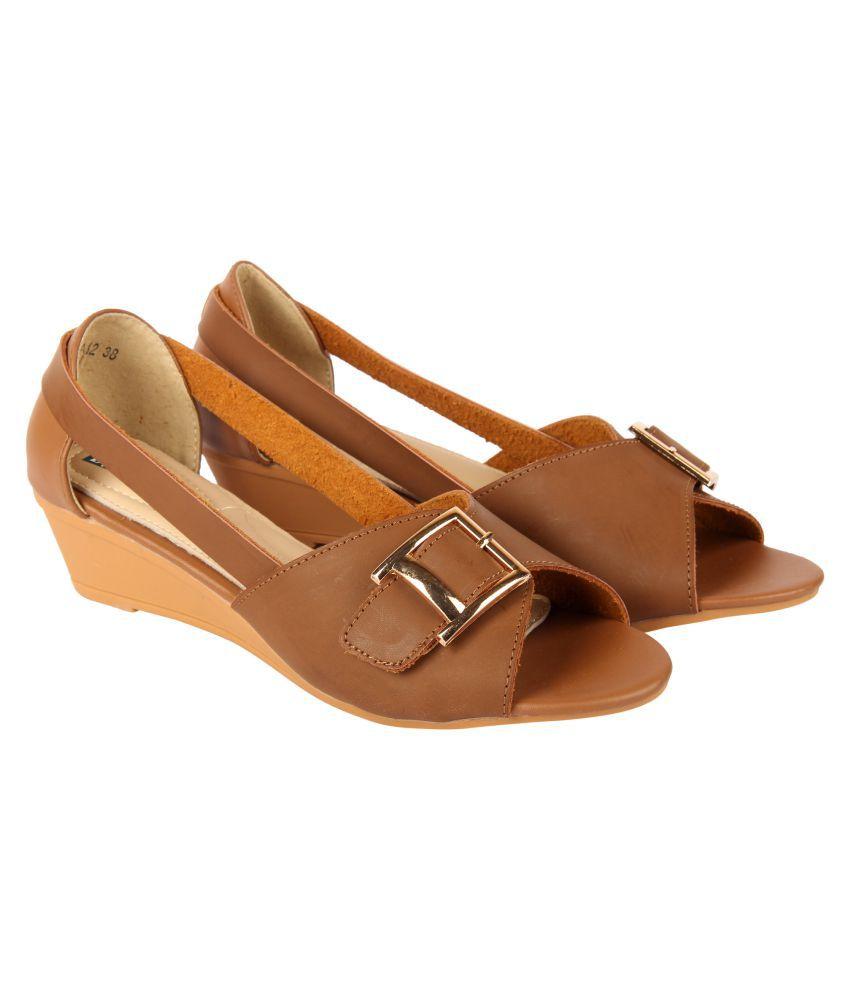 D SHOE LOUNGE Khaki Wedges Heels